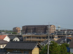 遠くに見える6階建てのアパート。.jpg