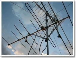 LS20TMH(上)は、VHFアンテナとほぼ90度角度が違う。.JPG